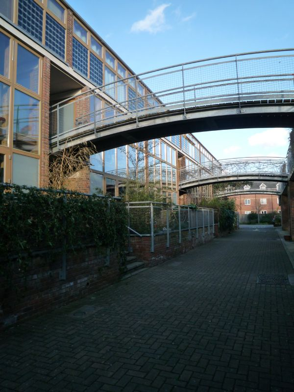 Thanks to these footbridges, all residents can enjoy their own garden.