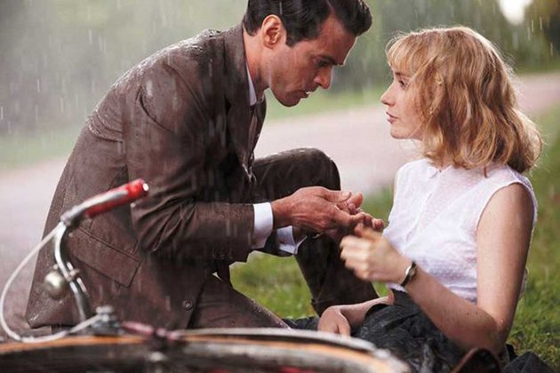 Romain Duris and Déborah François in Populaire